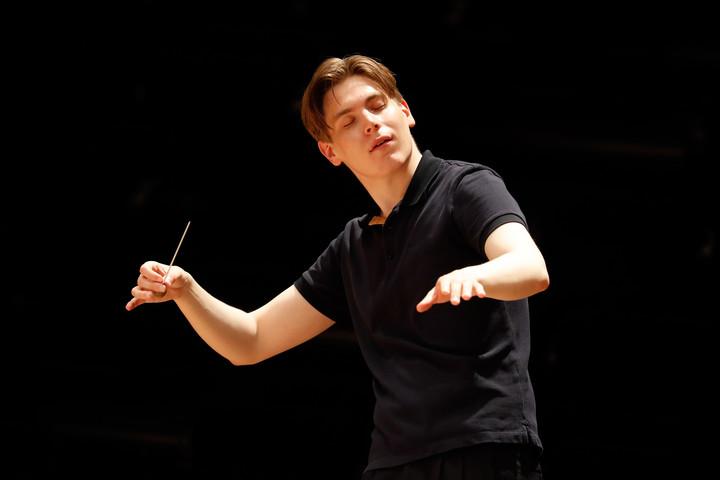 Huszonnégy éves sztárkarmester a Párizsi Filharmonikusok élén