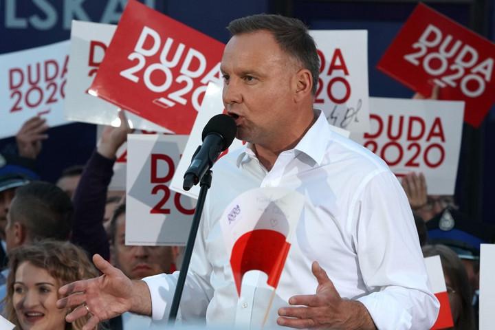Német érdekeltségek is meg akarták akadályozni, hogy Duda legyen a lengyel elnök