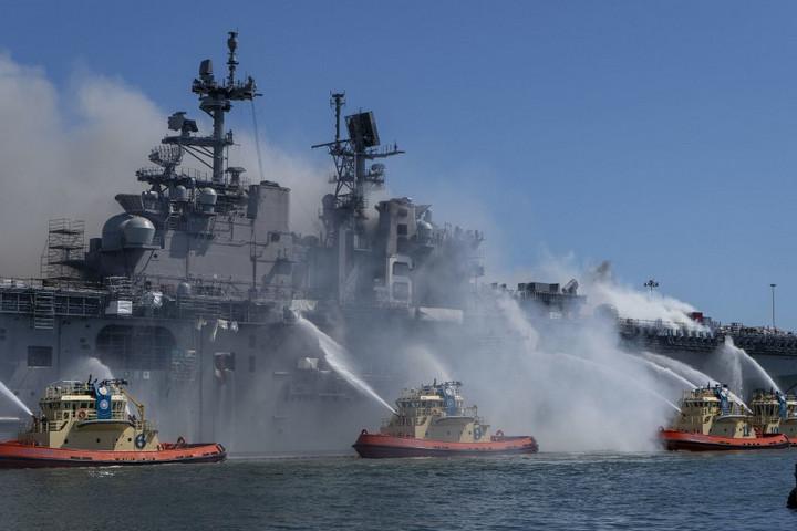 Környezeti katasztrófát okozhat a San Diegóban második napja lángoló amerikai hadihajó