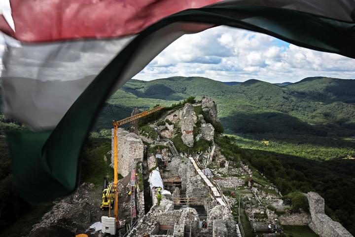 Szarv alakú hegyre épült Zemplén sasfészke, Regéc