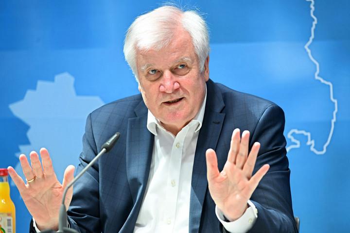 Horst Seehofer ragaszkodik a menekültek elosztásához