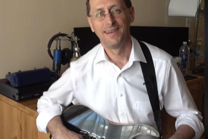 Így gitározza a Deep Purple klasszikusát Varga Mihály