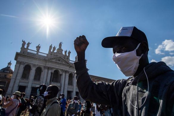 Migránsokkal tüntetett az olasz baloldal