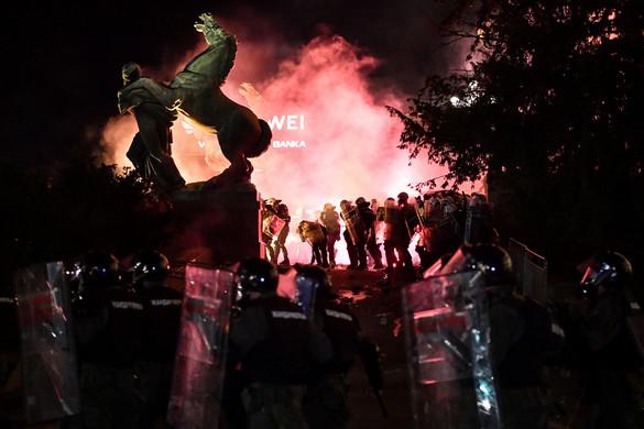 Álhírekkel hergeli a tüntetőket a szerb ellenzék