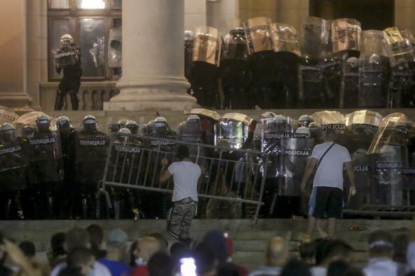 Belgrádban több százan próbáltak meg behatolni a parlament épületébe