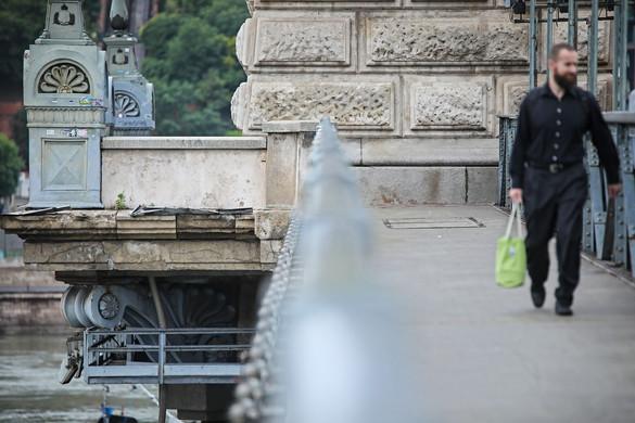 A kormány rálép a hídra, Karácsonyék helyben járnak