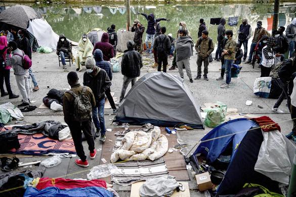 Migránstábort ürítettek ki Párizsban