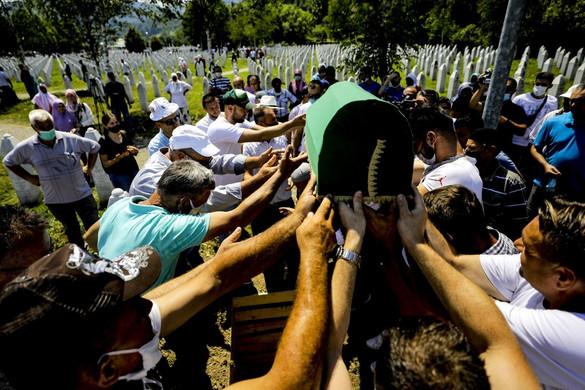 A huszonöt évvel ezelőtti mészárlásra emlékeztek Srebrenicában