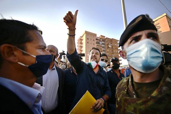 Erőszakos tüntetők támadtak Salvinire