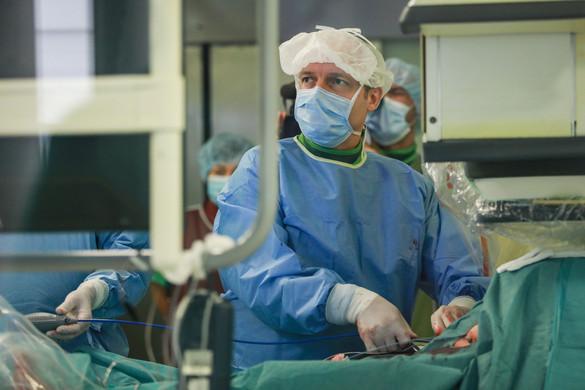 Hatalmas orvosi béremelésről tárgyal a kormány