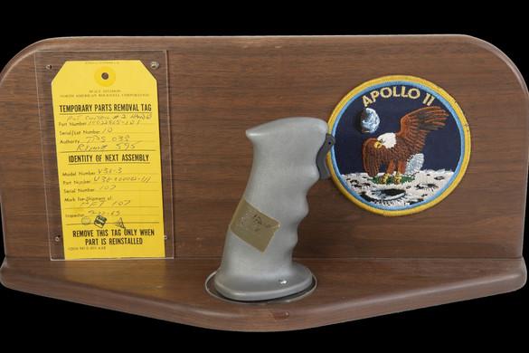 Neil Armstrong joystickje több mint 113 millió forintért kelt el