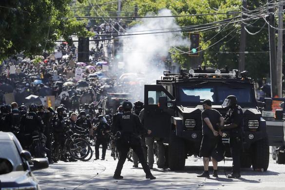 Erőszakba torkollott tüntetést oszlatott a rendőrség  Seattle-ben