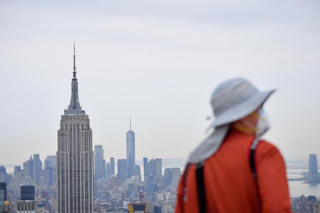 Nézelődő turista a New York-i Top of The Rock kilátóponton