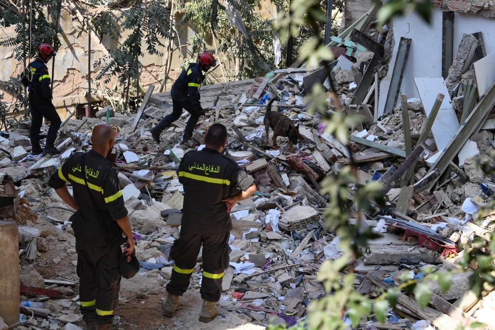Az ország számos pontjáról érkeztek civilek, hogy megtisztítsák a várost a törmelékektől