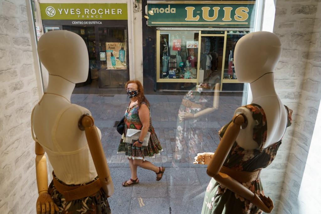 Maszkot viselő járókelő Burgos-ban