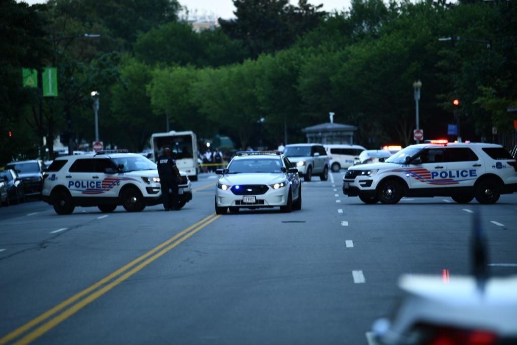Rendőrautók zárják le a bejáratot és környékét