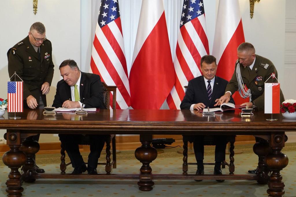 Mike Pompeo amerikai külügyiminiszter és Mariusz Blaszczak lengyel védelmi miniszter szombaton Varsóban aláírja a megerősített védelmi együttműködésről szóló szerződést