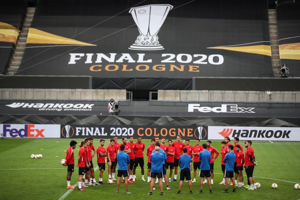 Taktikai megbeszélést tart a Sevilla csapata a döntő napján Kölnben