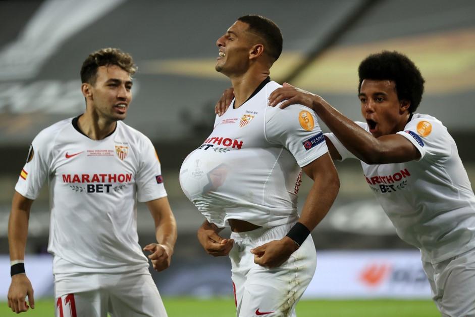 Harmadik góljuk után ünnepelnek a Sevilla játékosai