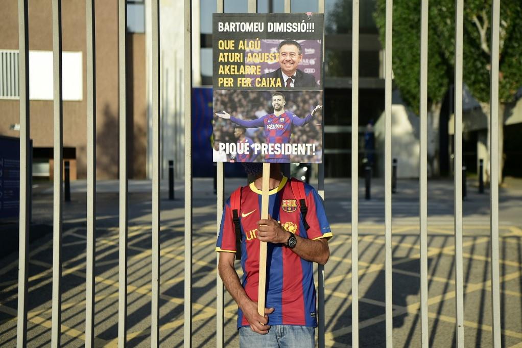 A Barca szurkolói több napja tüntetnek a Camp Nou stadion környékén Bartomeu lemondását követelve. Ez a drukker Gerard Piquét látná szívesen az elnöki székben a jelenlegi presidente helyett
