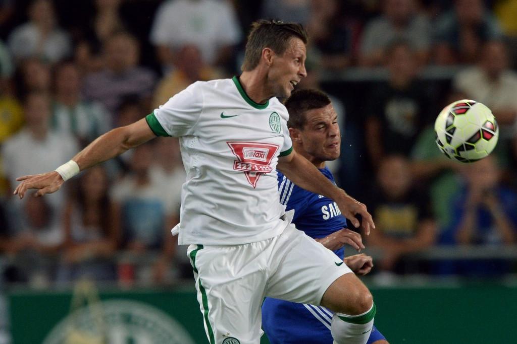 Busai (fehérben) 2014-ben egy Chelsea elleni mérkőzésen Azpilicueta ellen harcol a labdáért