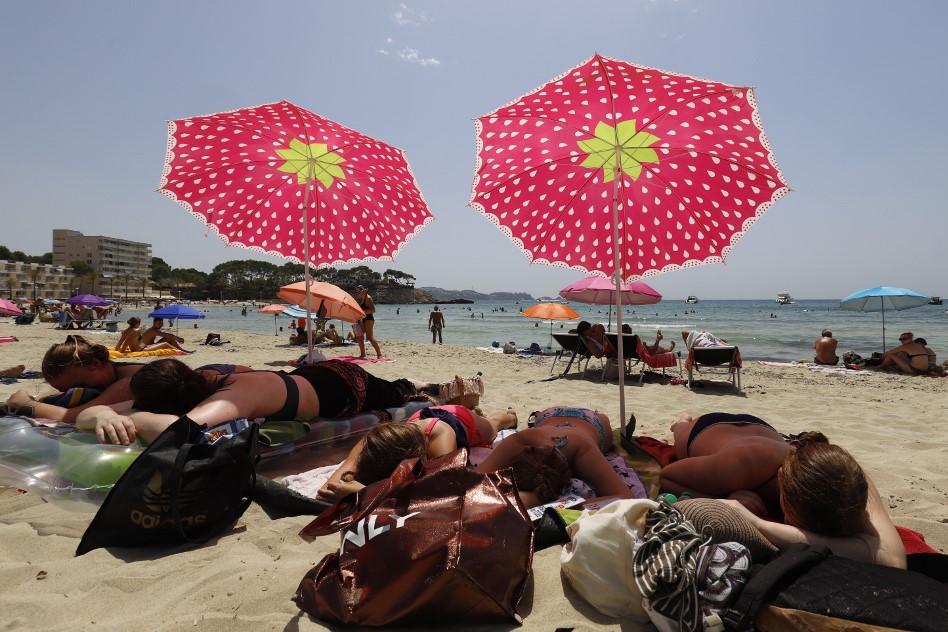 Német nyaralók Spanyolországban 2020. augusztus 1-jén - a turizmusnak köszönhetően hurcolják ki az országból a vírust