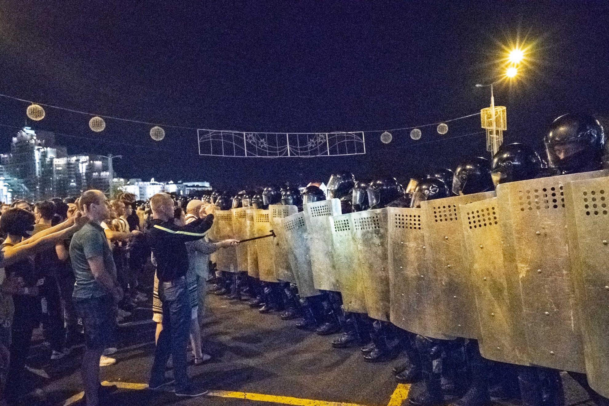 Rendvédelmi szervekkel is összecsaptak a tüntetők
