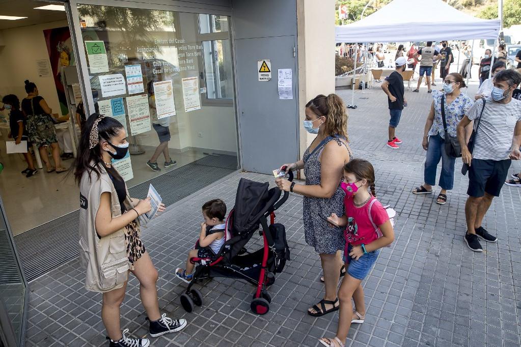 Az országban több régióban különböző mértékű korlátozásokat léptettek életbe, sok helyen ismét bezártak az éjszakai szórakozóhelyek