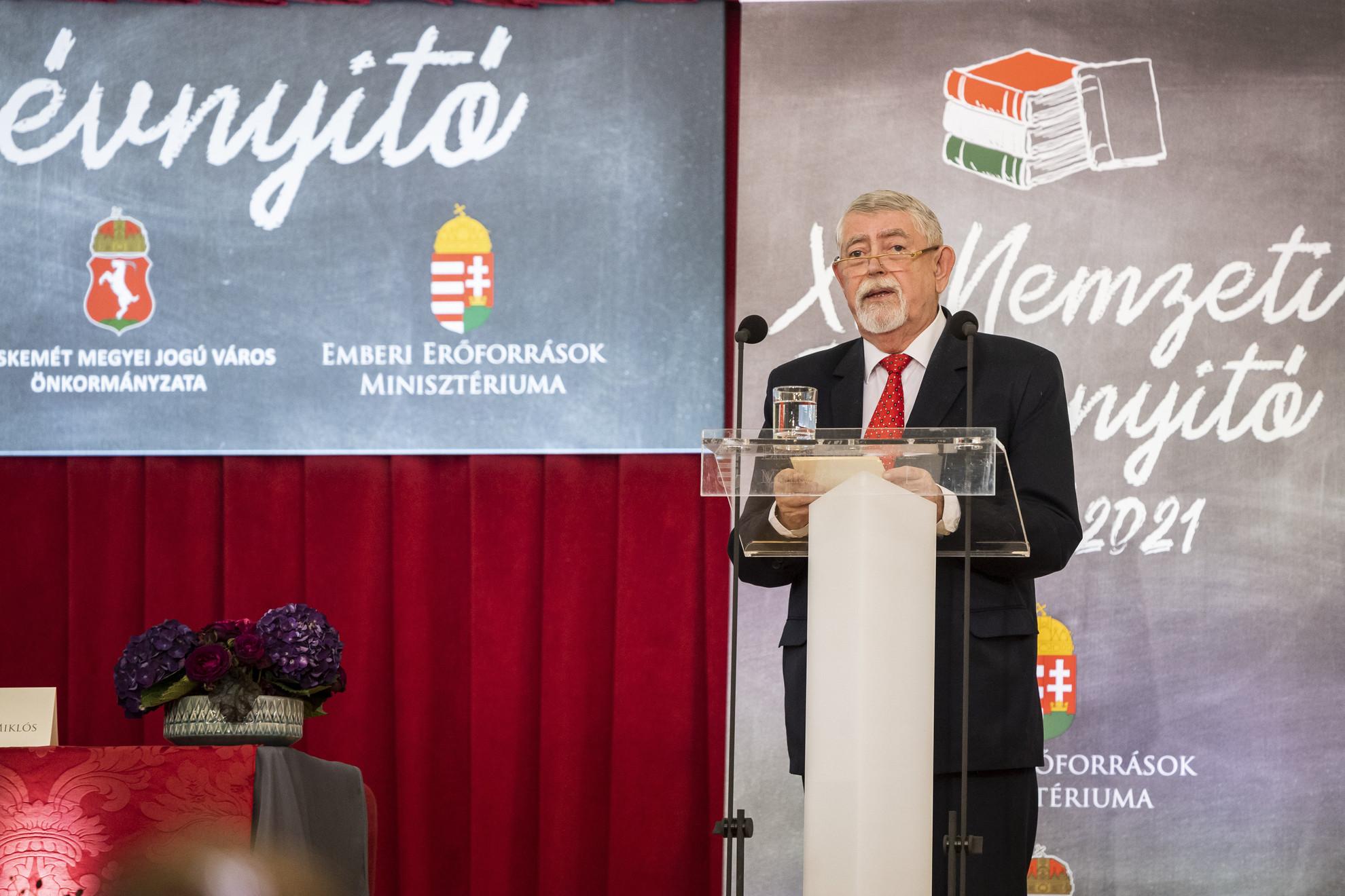 Kásler Miklós, az emberi erőforrások minisztere beszédet mond a XI. Nemzeti Tanévnyitón a Kecskeméti Református Általános Iskolában