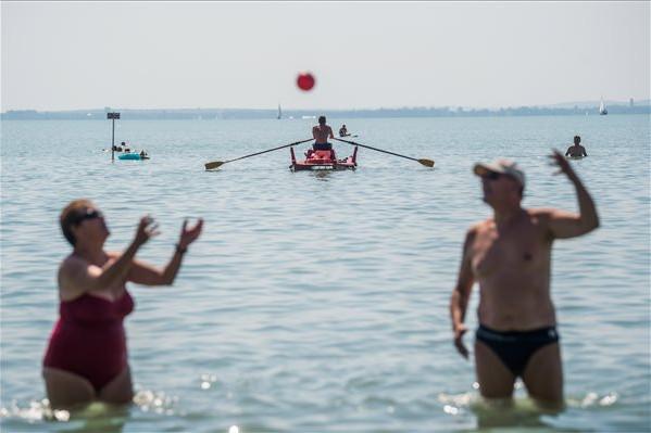 Vízimentő járőrözik mentőcsónakban a Balatonon az alsóörsi strandon