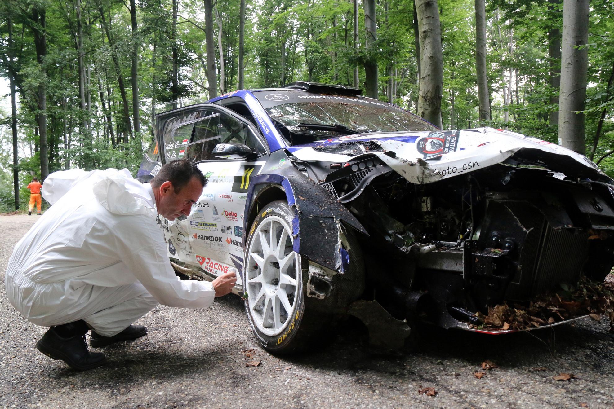 Rendőr helyszínel annak a balesetnek a helyszínén, amely a Miskolc Rally Bánkút-Mályinka közötti gyorsasági szaszán történt 2020. augusztus 15-én