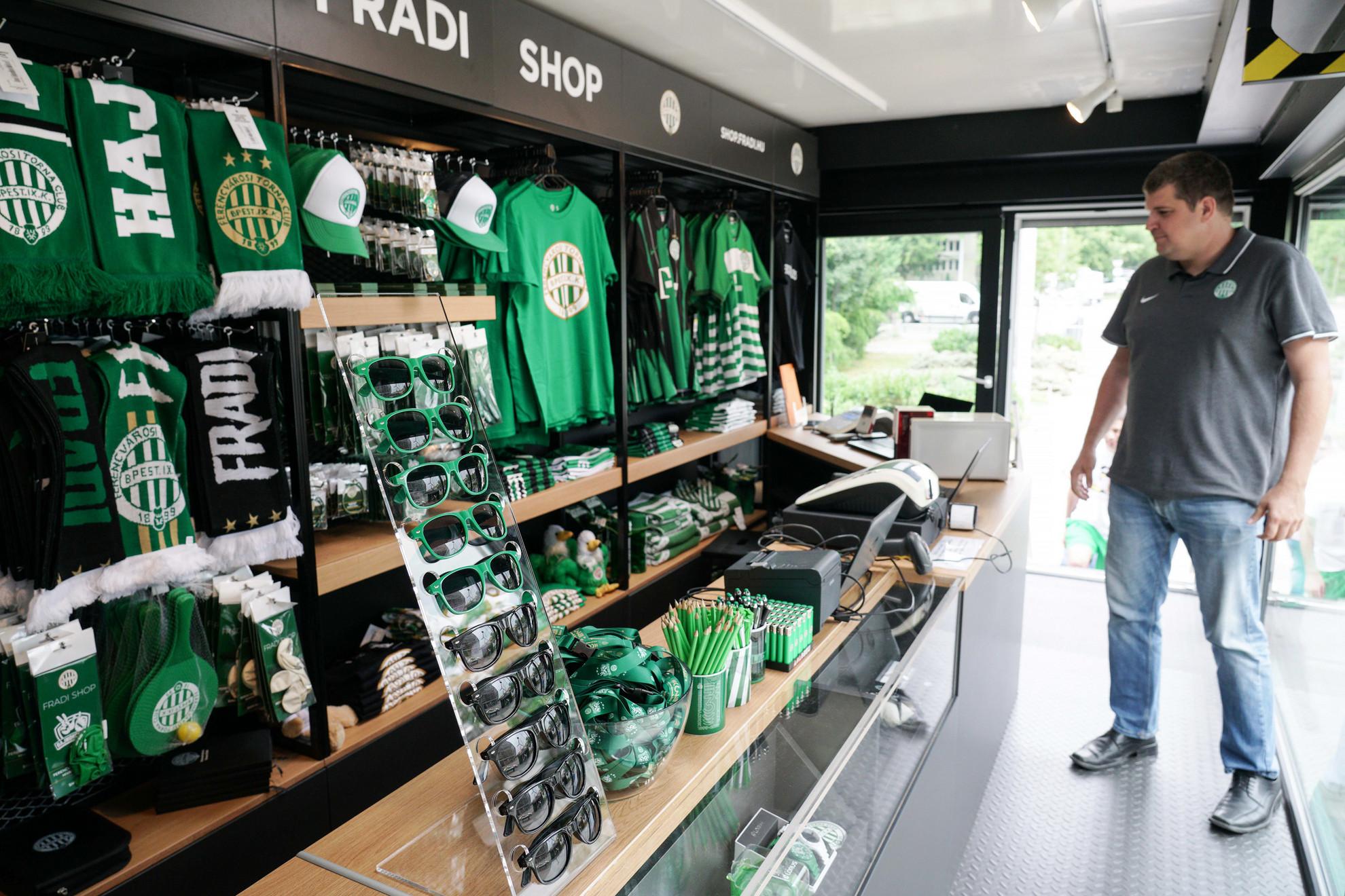 A kamionban szurkolói bolt is üzemel
