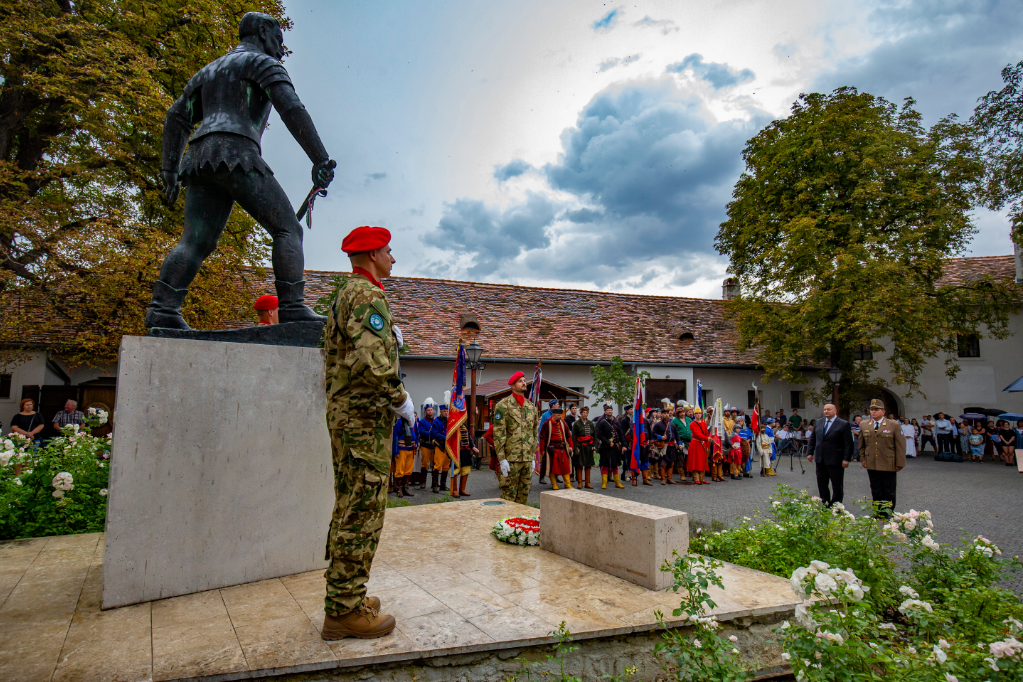Németh Szilárd, a Honvédelmi Minisztérium parlamenti államtitkára (j2) és Kovács Vilmos ezredes, a HM Hadtörténeti Intézet és Múzeum parancsnoka megkoszorúzza a Jurisics-szobrot az ostromévfordulós ünnepségen és koszorúzáson a kőszegi Jurisics-vár külső udvarán
