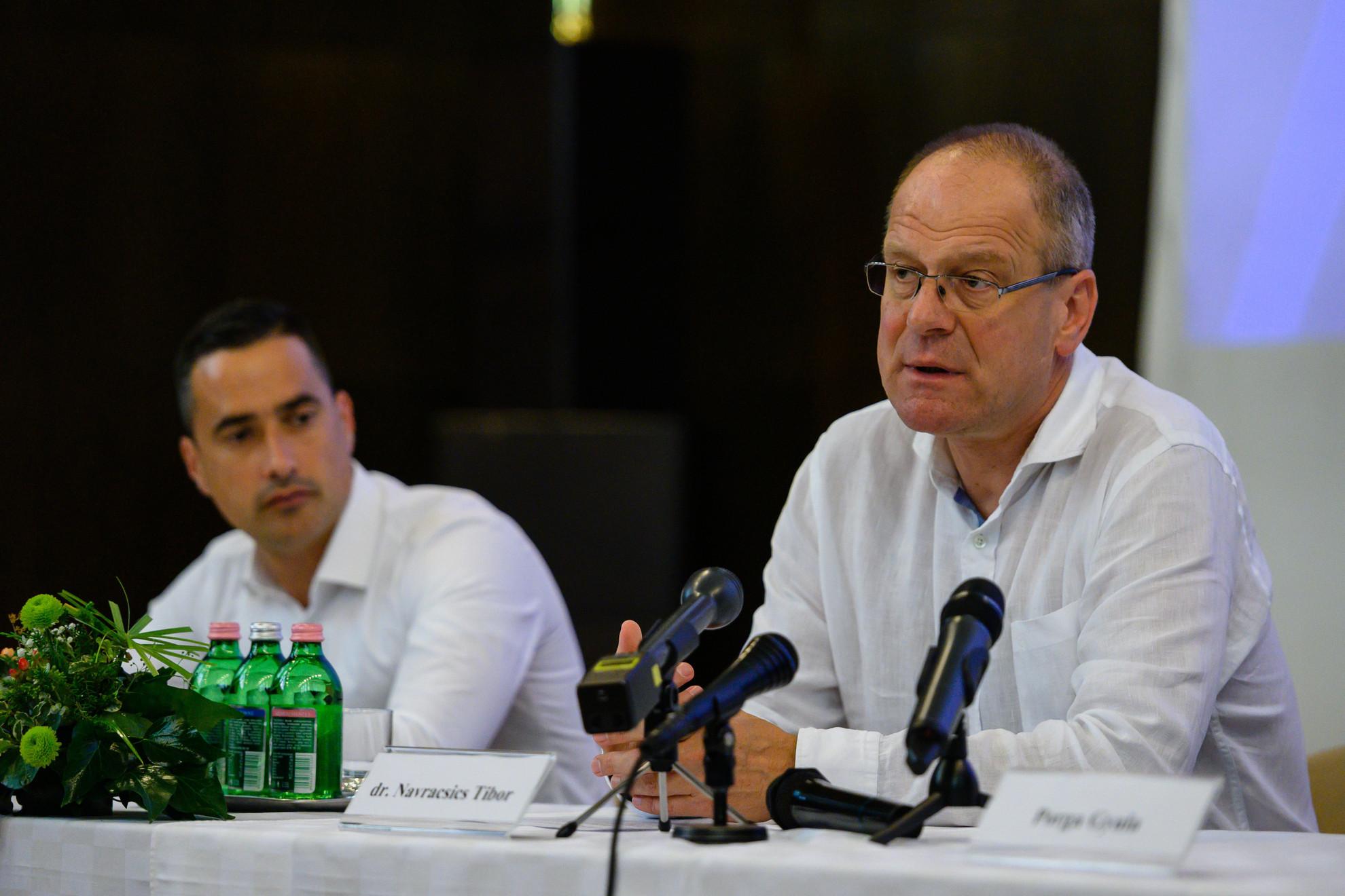 Navracsics Tibor, a Veszprém-Balaton Európa Kulturális Fővárosa Program 2023 (EKF) kormánybiztosa (j) és Ovádi Péter fideszes országgyűlési képviselő az EKF-ről tartott veszprémi sajtótájékoztatón