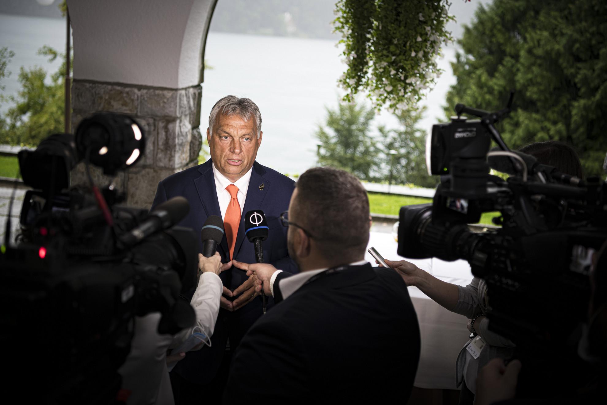 A Miniszterelnöki Sajtóiroda által közreadott képen Orbán Viktor miniszterelnök nyilatkozik a sajtónak a 15. Bledi Stratégiai Fórumon 2020. augusztus 31-én