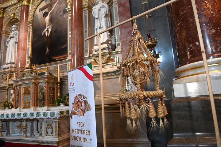 Elhelyezték a Kárpát-medence Aratókoszorúját a Szent István-bazilikában