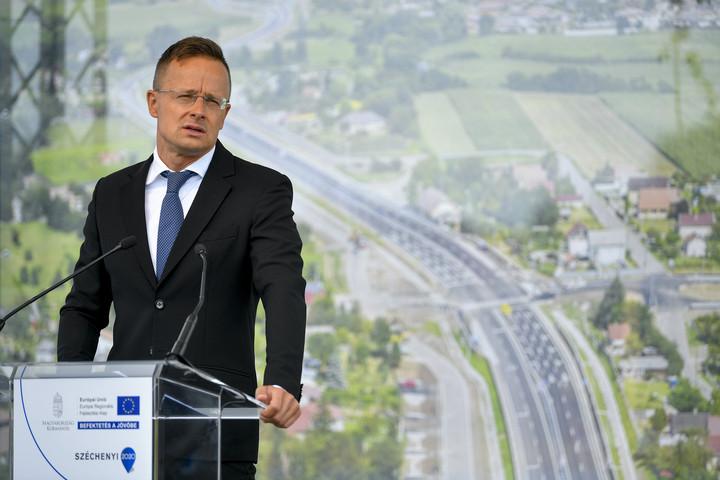 Szijjártó: Folytatni kell a közúthálózat fejlesztését