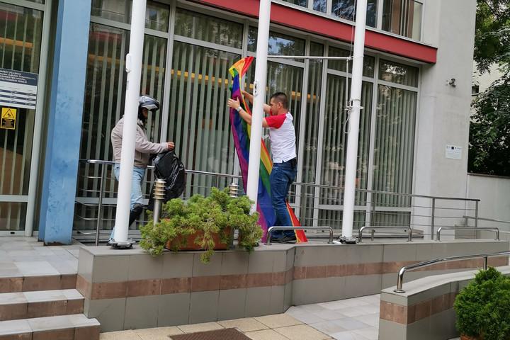 Újbuda önkormányzatát is megszabadította a szivárványos zászlótól a Mi Hazánk alelnöke