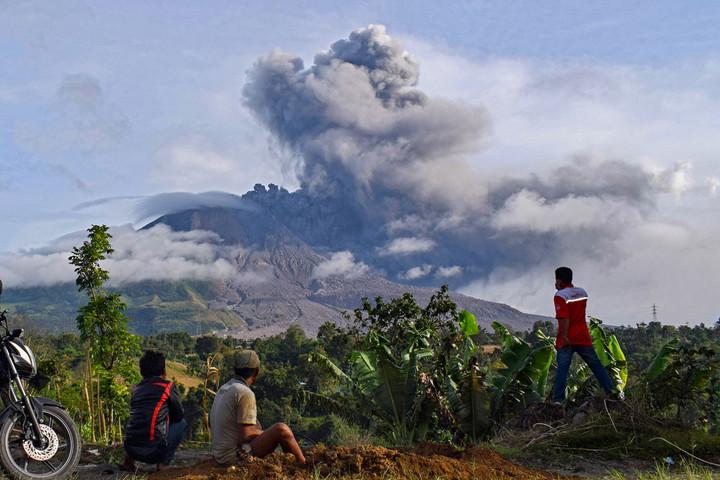 Egy hete sincs, hogy feléledt a Sinabung vulkán, már nyolcszor tört ki