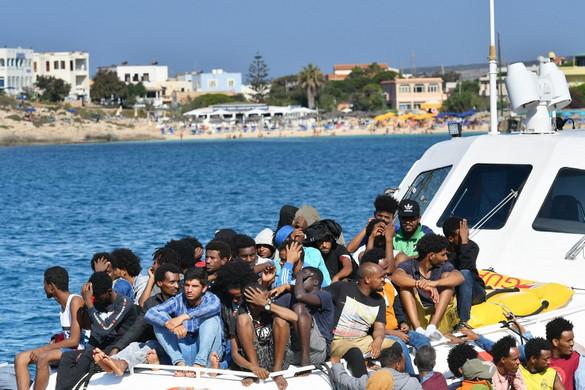 Sorra érkeznek a migránscsónakok Lampedusa felé