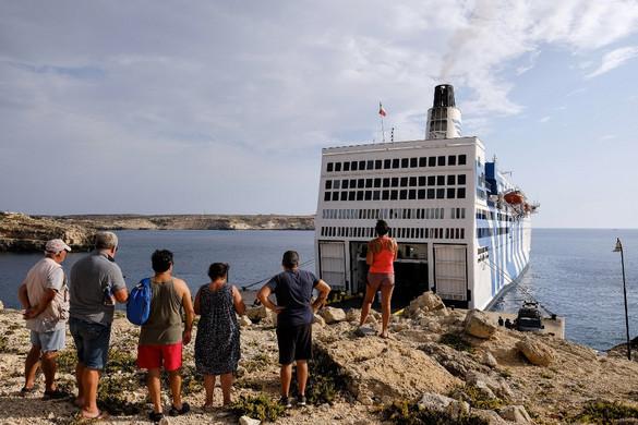 Lampedusán katonák zárták le a migránstábort