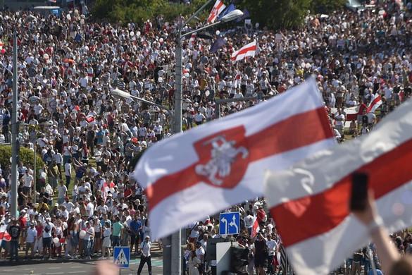 Több mint százezren tüntettek Minszkben a masszív karhatalmi jelenlét ellenére