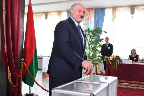 A hivatalos exit poll szerint Lukasenka simán győz a fehérorosz elnökválasztáson