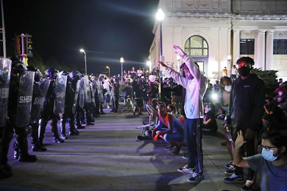 Lövöldözés az erőszak elleni tüntetésen