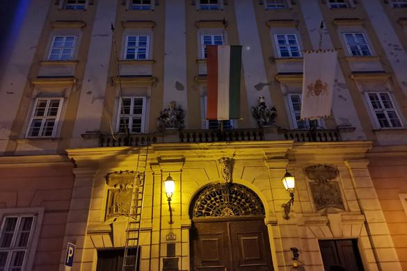 A Mi Hazánk alelnöke távolította el a városházáról a szivárványos zászlót