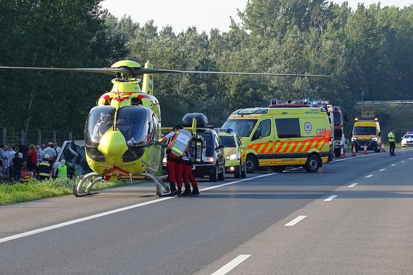 Felborult egy busz, meghalt egy ember az M5-ös autópályán