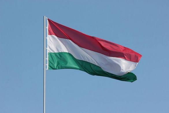 Leszedte a Lánchídról és a Dunába dobta a magyar zászlót két férfi