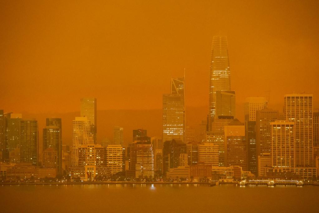 San Franciscot narancssárga füst és homály fedi