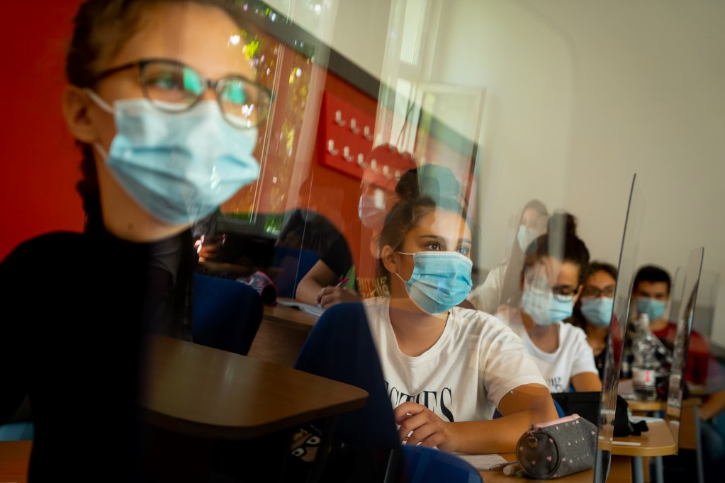 Maszkot viselő diákok egy román iskolában