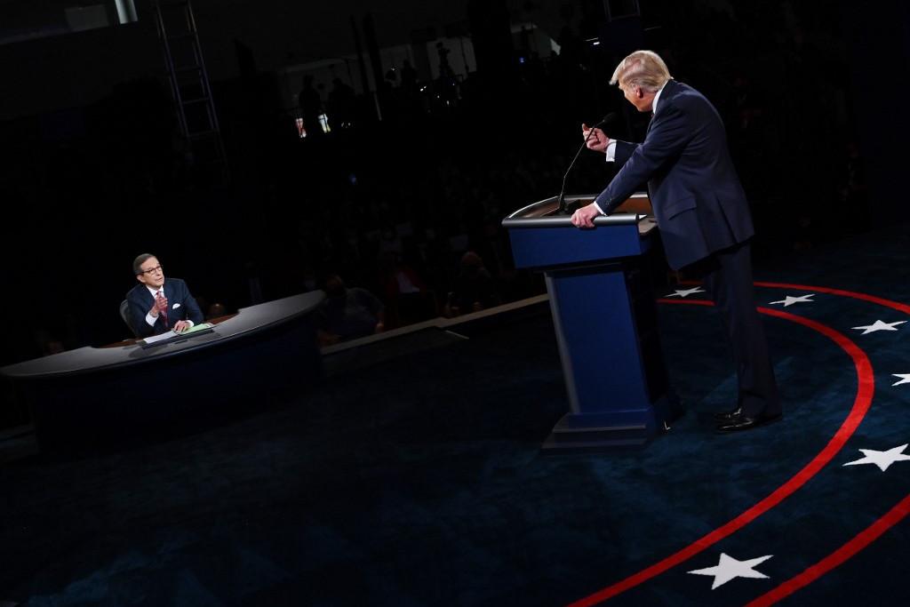 Donald Trump amerikai elnök (j) és Chris Wallace, a Fox televízió munkatársa, aki levezényelte a vitát